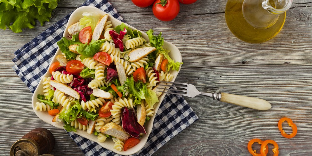 Recette Salade de pâtes aux émincés de poulet rôti facile ...