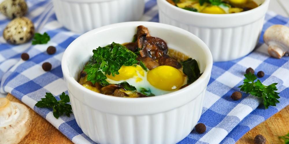 Cazuela de huevos con champiñones y jamón